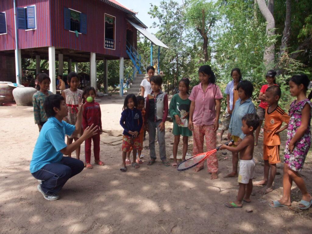 初めてテニスをするカンボジア人の子どもたち