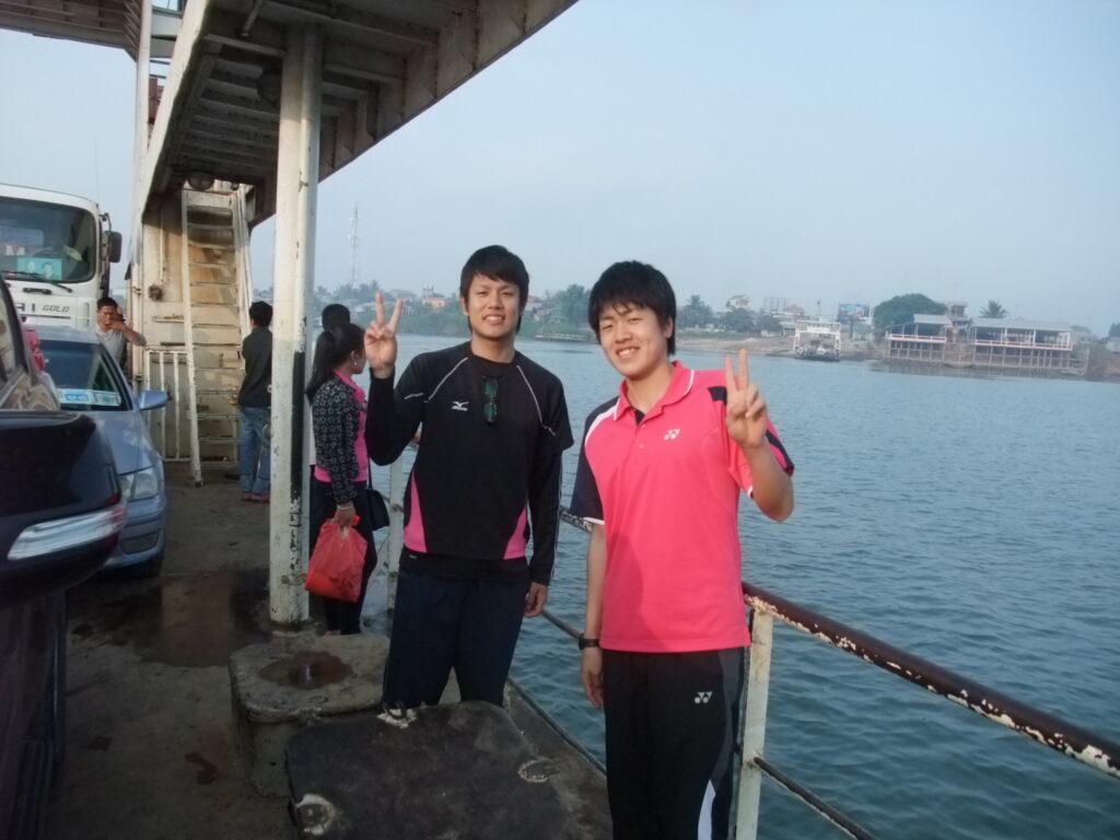 船に乗る参加者の岡田くんとまさと