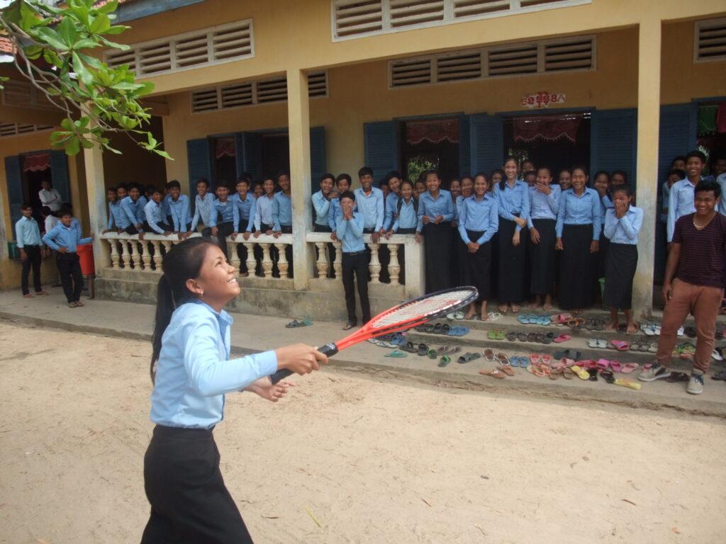 初めてソフトテニスをするカンボジア人の生徒