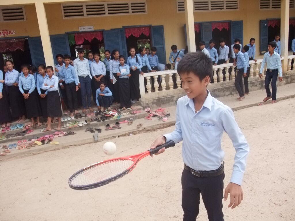 ソフトテニスにチャレンジする男子生徒