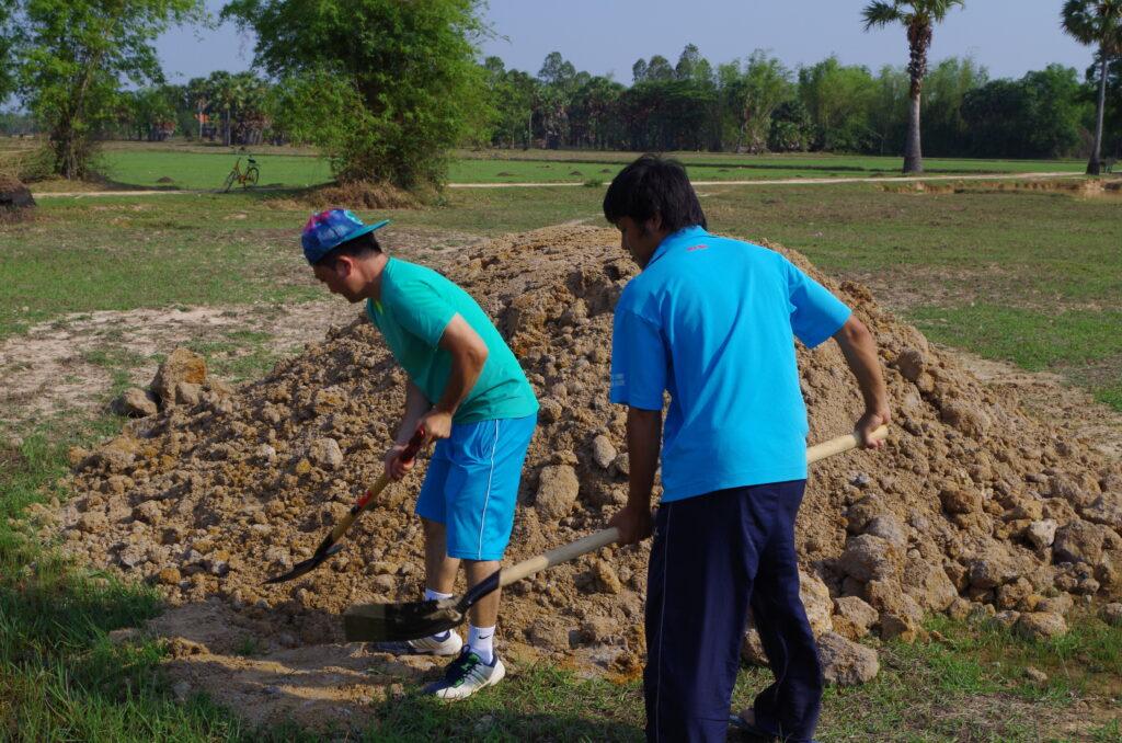 砂を撒くメンバー