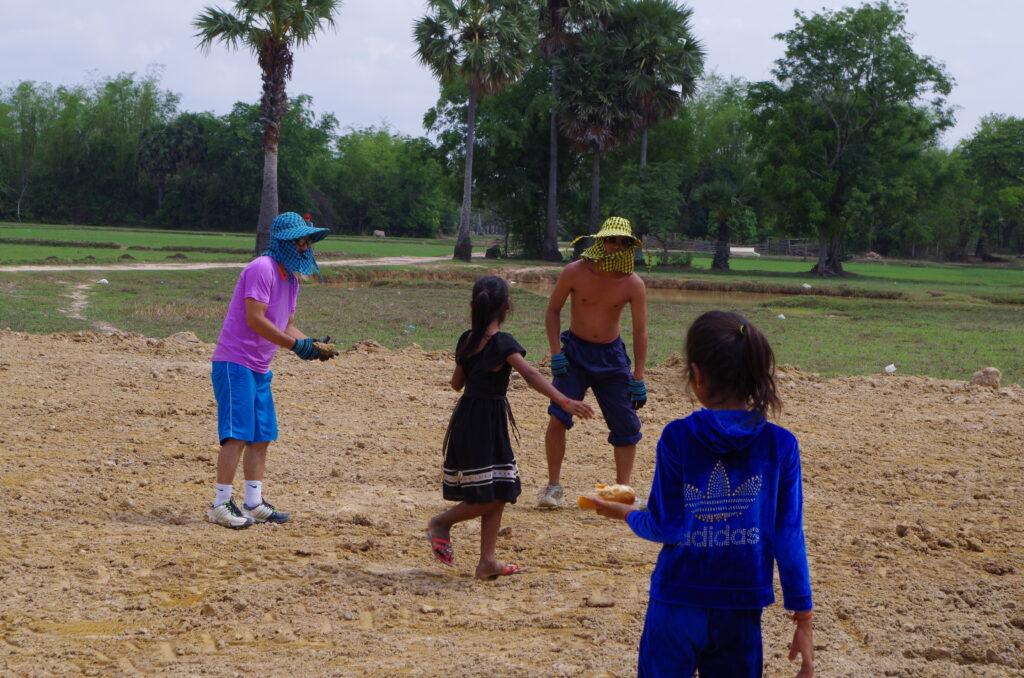 農村の子どもたちと土地整備